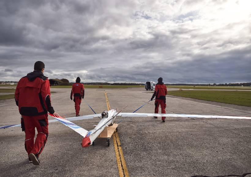 AVX-project-flexop-aeroelastic-wing-on-taxiway